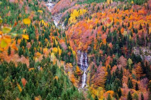 spain-huesca-pyrenees-ordesa-bujaruelo-autumn-waterfall-c-lunamarina[1]
